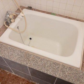 ちょっとクセのある浴槽です。