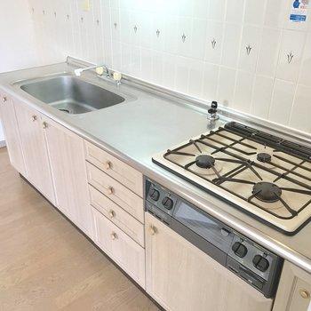キッチンは3口でグリル付き、どんな料理も作れちゃうな〜!