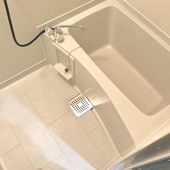 お風呂はゆったりと入れるサイズ。