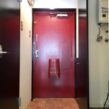 赤いドアがチャームポイントの玄関