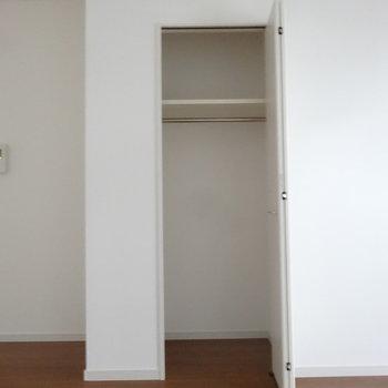キッチンとなりにもこんな収納が。(※写真は5階の同間取り別部屋のものです)