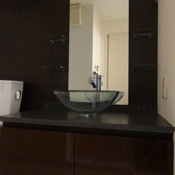 ガラスの洗面ボウルがかっこいい洗面台。(※写真は5階の同間取り別部屋のものです)
