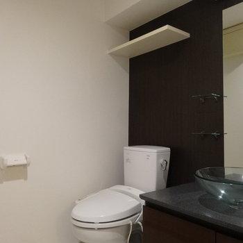 トイレはもちろんウォシュレット付き!ちょこんと棚があるのがいいです。(※写真は5階の同間取り別部屋のものです)