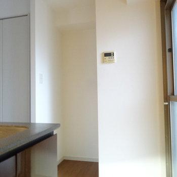 冷蔵庫はこちら。(※写真は5階の同間取り別部屋のものです)