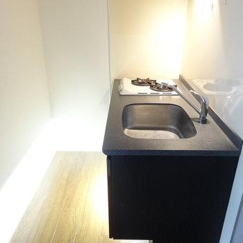 大人っぽいキッチン。(※写真は5階の同間取り別部屋のものです)