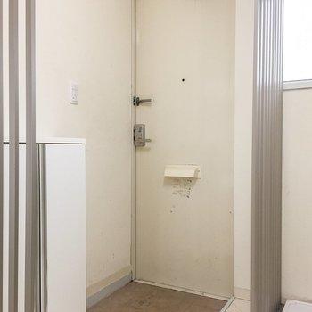 玄関です。2人でもなんとか立てそう。※写真はクリーニング前のものです