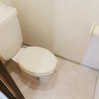 ドアを隔ててトイレがありますよ。