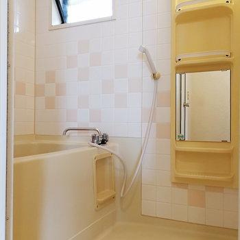ちょっとポップなお風呂場。ドレッサーがあると便利ですね。