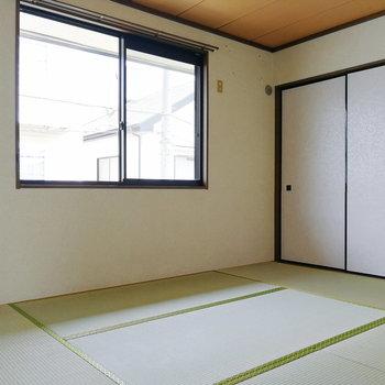 まずは和室を。大きな窓ひとつで採光します。