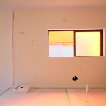 【工事中】この窓の前はダイニングテーブルで決まりかな?