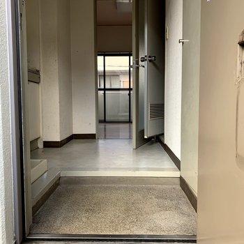 【工事前】玄関から。キッチンと居室の間の扉は取り外されます