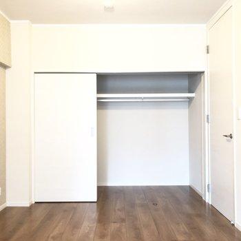 【洋室】扉をスライドさせると、広々収納。