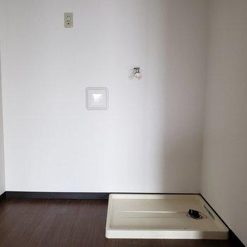 【DK】左には冷蔵庫が置けそうですね。 ※写真は通電前のものです・一部フラッシュを使用しています