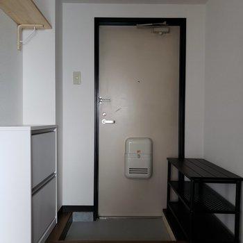 玄関収納がたくさん。 ※写真は通電前のものです・一部フラッシュを使用しています