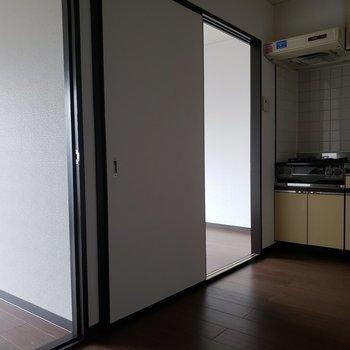 【DK】寝と食を分けても、もうひとつ部屋があります。 ※写真は通電前のものです・一部フラッシュを使用しています