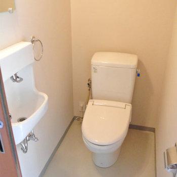 トイレも素敵※写真は反転間取り別部屋のものです。