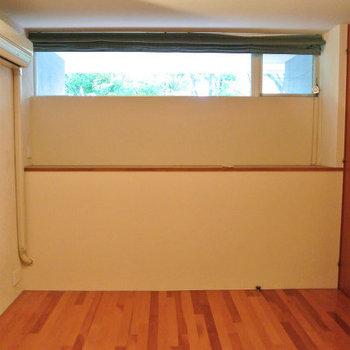 1階はハイサイドライトの窓でちょっと隠れ家チックに※写真は反転間取り別部屋のものです。
