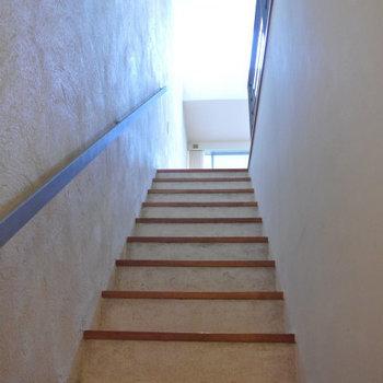 階段。メゾネットです。壁はクロスではなく塗壁ですね※写真は反転間取り別部屋のものです。