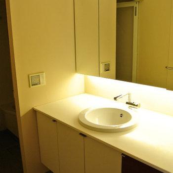 洗面台カッコいい※写真は反転間取り別部屋のものです。