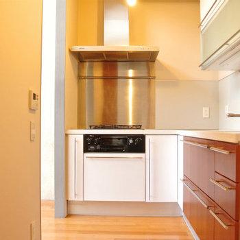 L字型のシステムキッチン※写真は反転間取り別部屋のものです。