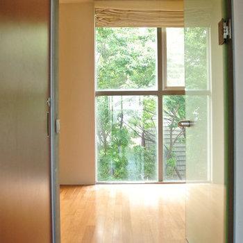 外の緑が眩しい※写真は反転間取り別部屋のものです。