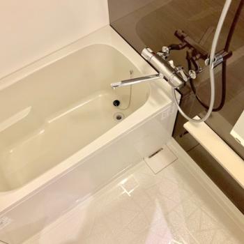 浴室乾燥機付きのユニットバス、ゆったりめのサイズ感