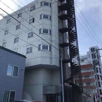 外観はこちら、6階建てです!