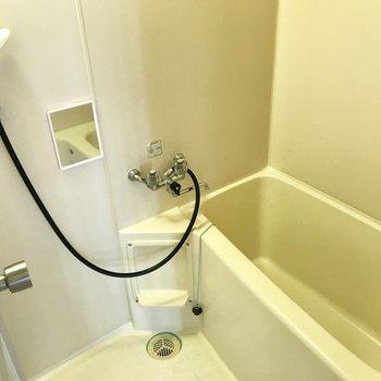 お風呂には小さな鏡がついてました!