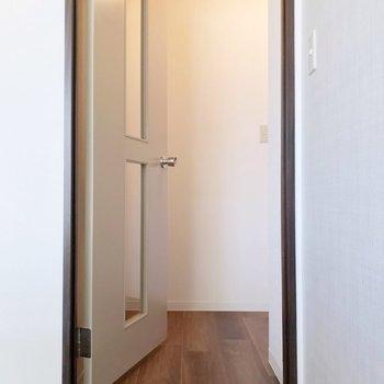 玄関はカクっと。少し段差があるので気をつけて