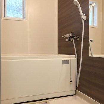 お風呂にも窓。木目のクロスで落ち着く雰囲気
