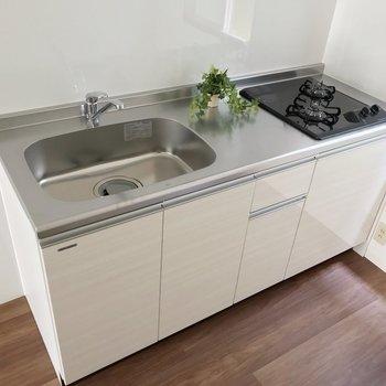 白くて清潔感のあるキッチンは料理が捗りそう(※写真の家具は見本です)