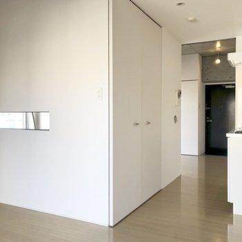 廊下の途中にキッチンです(※写真は6階の同間取り別部屋のもの)