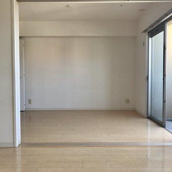 写真奥は洋室部分。引き戸全開にすると更に広いね!※写真は14階の同間取り別部屋のものです