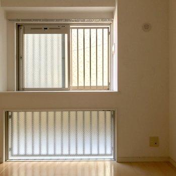 共用部側に位置していますが窓の範囲が広くて自然な光が入ってきます。※写真は14階の同間取り別部屋のものです