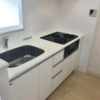 冷蔵庫はキッチンに立って後ろ側。※写真は14階の同間取り別部屋のものです