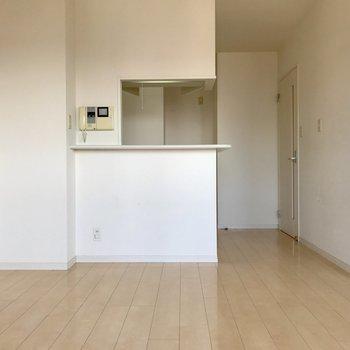対面式のキッチンだから会話が弾む♬※写真は14階の同間取り別部屋のものです