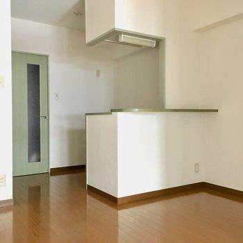対面キッチンはカウンターも付いています。※写真は3階の同間取り別部屋、通電前のものです