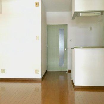 左の壁に沿わせて収納棚を追加しても良いよね!※写真は3階の同間取り別部屋、通電前のものです