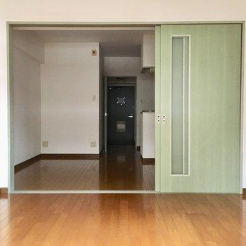 緑がアクセントになっている柔らかなお部屋です。※写真は3階の同間取り別部屋、通電前のものです