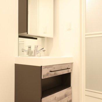 キッチンとお揃いデザインの洗面も素敵!(※写真は2階同間取り別部屋のものです)