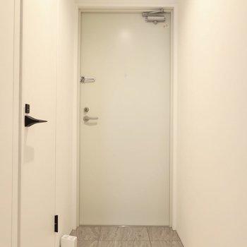 玄関は淡いトーン(※写真は2階同間取り別部屋のものです)