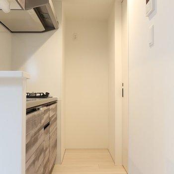 キッチン背面からはサニタリーへとアクセスできちゃう!(※写真は2階同間取り別部屋のものです)