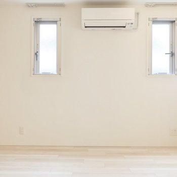 小窓の下にはローボードや大きな観葉植物、飾りたい!(※写真は2階同間取り別部屋のものです)