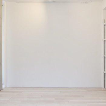 ピクチャーレール付きなので好きなアートを飾ったりも◎(※写真は2階同間取り別部屋のものです)