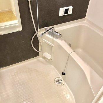 バスルームは足を伸ばせるほど広いです♪※写真は2階の同間取り別部屋のものです