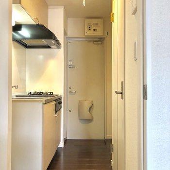 廊下にキッチンがあるので、時短できます。※写真は2階の同間取り別部屋のものです