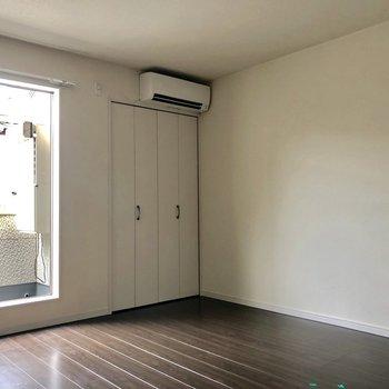 エアコンが端によっています。※写真は2階の同間取り別部屋のものです