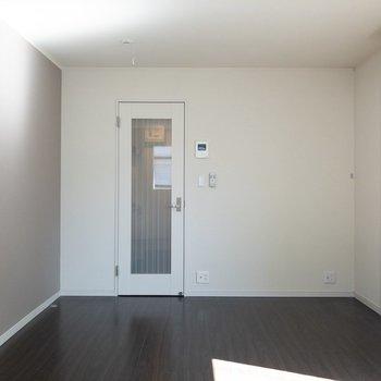 テレビはドアの横に置くのもアリですね〜