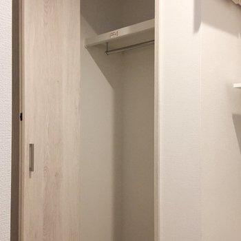 1階の廊下にも収納があります。