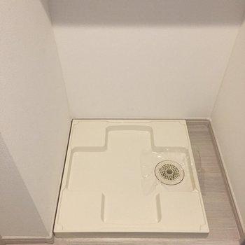 玄関横に洗濯機置場。